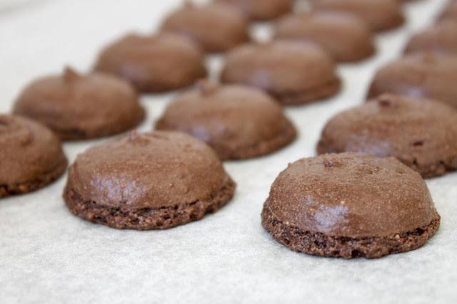 Schoko-Macarons gebacken
