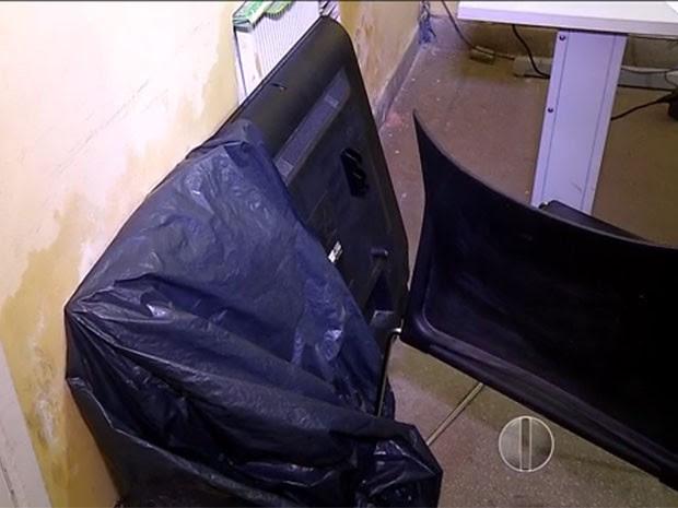 Criminoso fugou carregando a TV nas costas (Foto: Reprodução/Inter TV Cabugi)