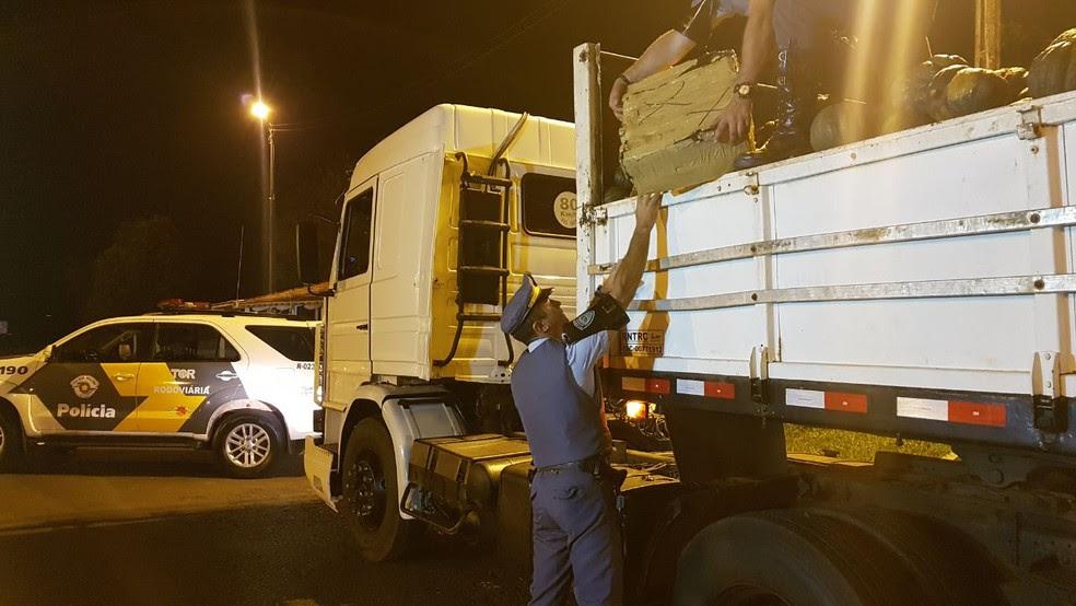 Policiais encontraram maconha e ecstasy na caçamba do caminhão (Foto: Reprodução/TV TEM)