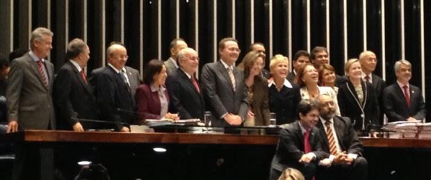 Xuxa com senadores e a ministra Ideli Salvatti após a aprovação do projeto da Lei da Palmada (Foto: Felipe Néri / G1)