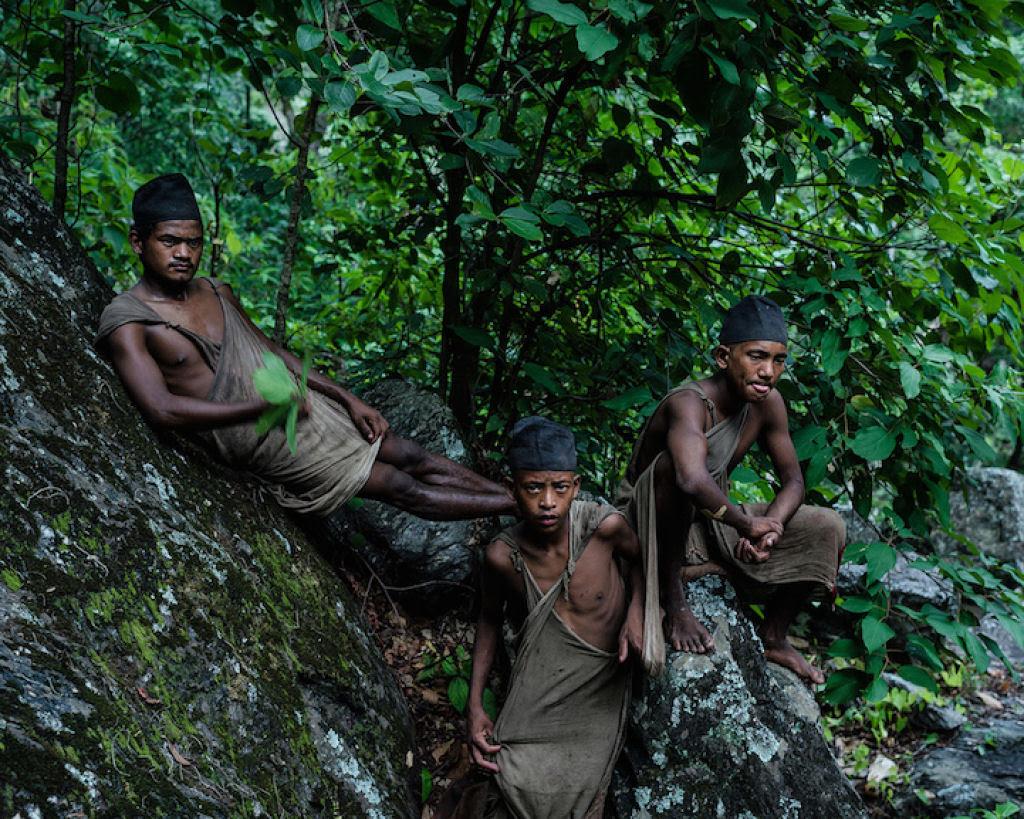 Fotógrafo documenta os últimos caçadores-coletores de tribo do Himalaia 04