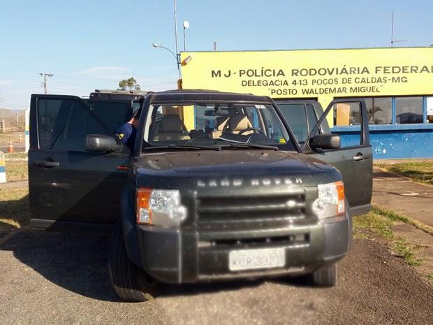 Carro apreendido em Poços de Caldas nesta sexta-feira (30) possui placa com 127 multas registradas (Foto: Polícia Rodoviária Federal)