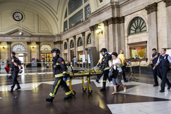 Equipos de emergencia atienden a los pasajeros que han resultado heridos