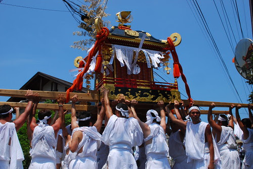 lifting the mikoshi