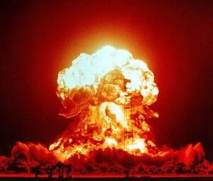 Español: Una explosión nuclear ilumina la noch...