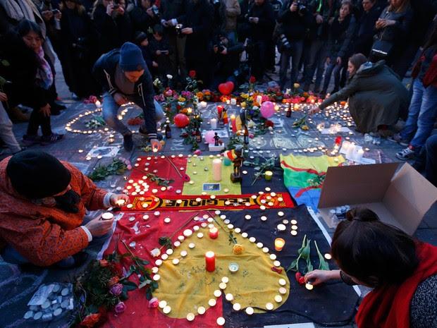 Pessoas deixam flores e velas em um memorial às vítimas dos ataques em Bruxelas, na Bélgica. Explosões atingiram o aeroporto de Zaventem e uma estação de metrô deixando ao menos 34 mortos e 200 feridos (Foto: Charles Platiau/Reuters)