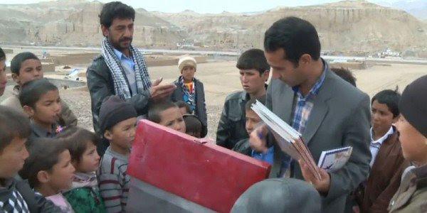 perierga.gr - Αφγανός δάσκαλος έκανε το ποδήλατό του κινητή βιβλιοθήκη!