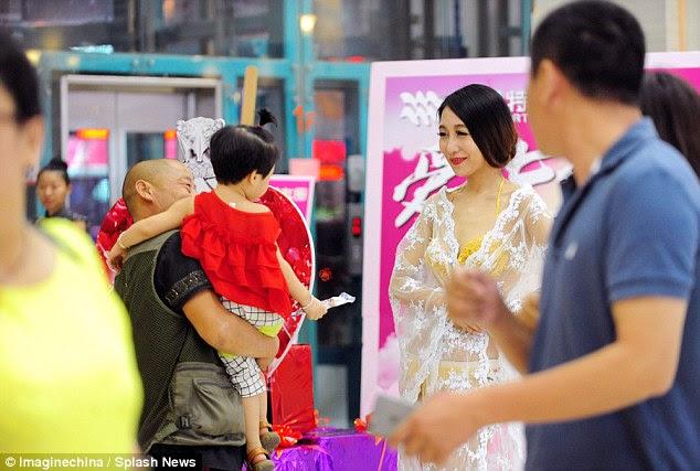 Conjunto de lencería de oro era parte de las promociones del Día de San Valentín chino de una tienda de joyas y no está en venta