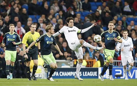 O brasileiro Kaká tenta dominar a bola marcado por rival do Ajax, no estádio Santiago Bernabéu