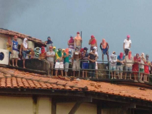 Divulgação/ Susipe Pará (Foto: Na foto enviada pela direção do CRR, cerca de 30 detentos aparecem no telhado da unidade prisional no início da manhã desta sexta-feira.)