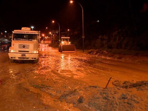 Queda de barreira na BR-101 (Foto: Reprodução/ TV Gazeta)