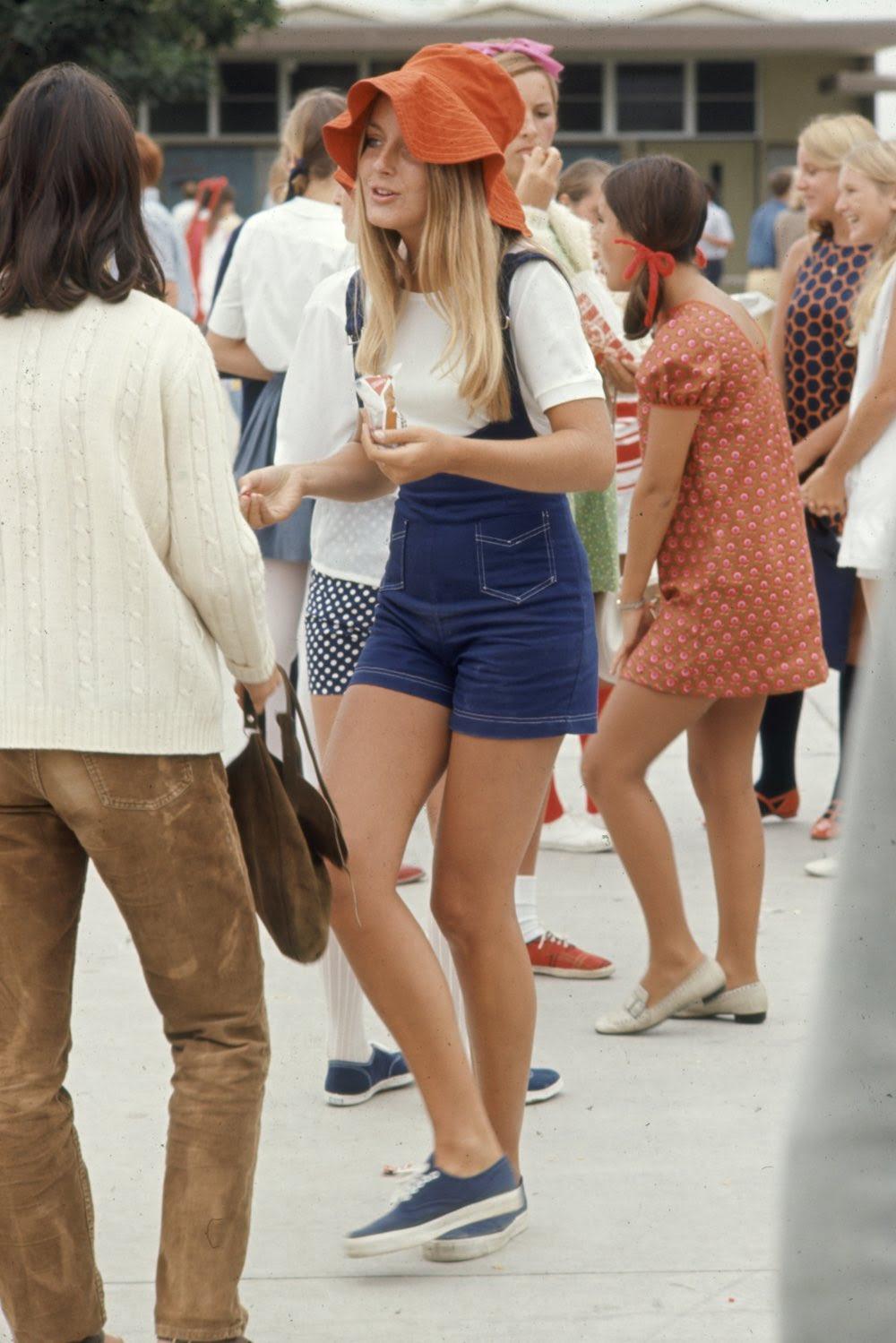Estas colegiais dos anos 60 se vestiam bem, inclusive para hoje em dia 06