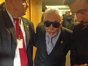 O advogado Joel Câmara é retirado da OAB por seguranças (Foto: Renan Ramalho / G1)