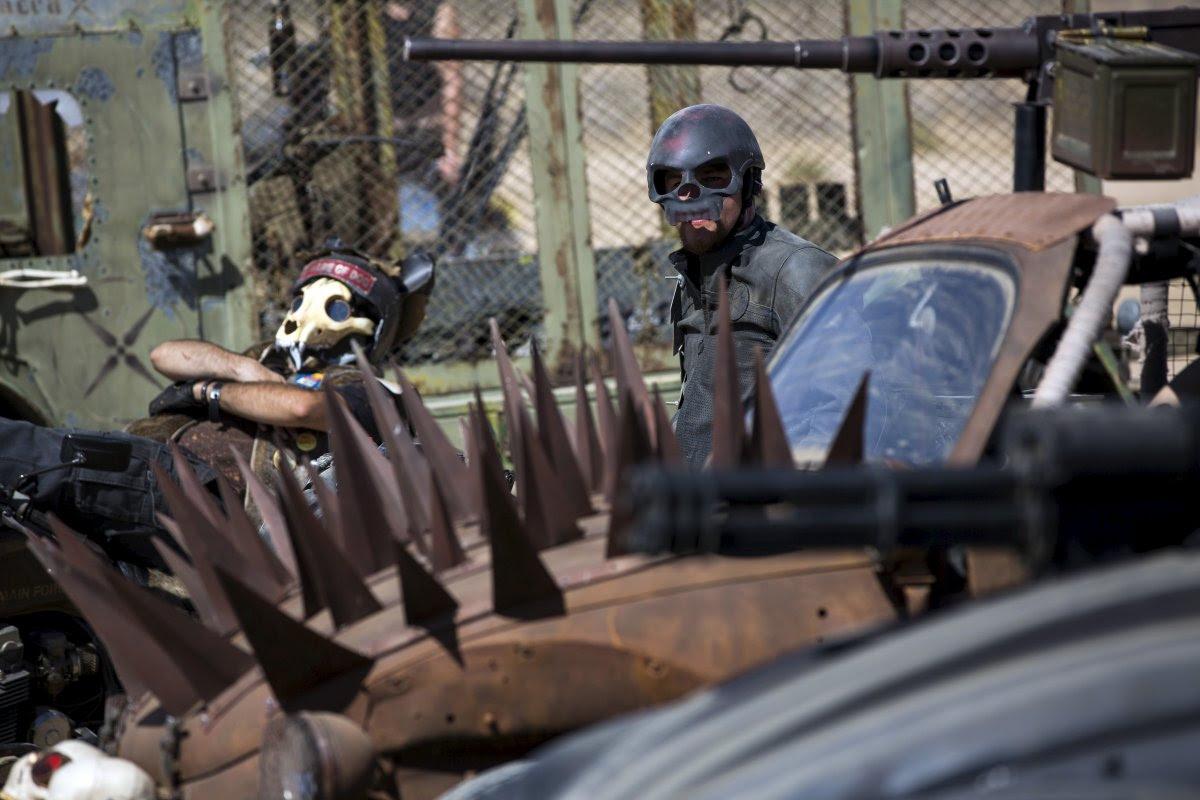 """Fãs de """"Mad Max"""" constroem seu próprio mundo pós-apocalíptico no meio do deserto 07"""