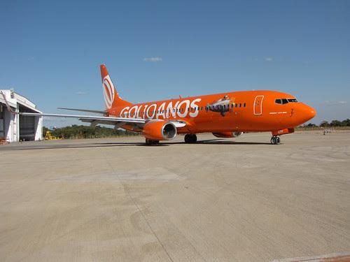Avião laranja em comemoração aos 10 anos da GOL by GOL Linhas Aéreas Inteligentes