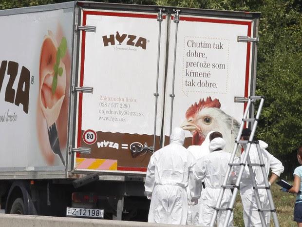 Dezenas de imigrantes foram encontrados mortos em um caminhão na Áustria. O veículo, que continha dezenas de corpos, foi achado em uma área de descanso de uma estrada do estado de Burgenland, no leste do país (Foto: Dieter Nagl/AFP)