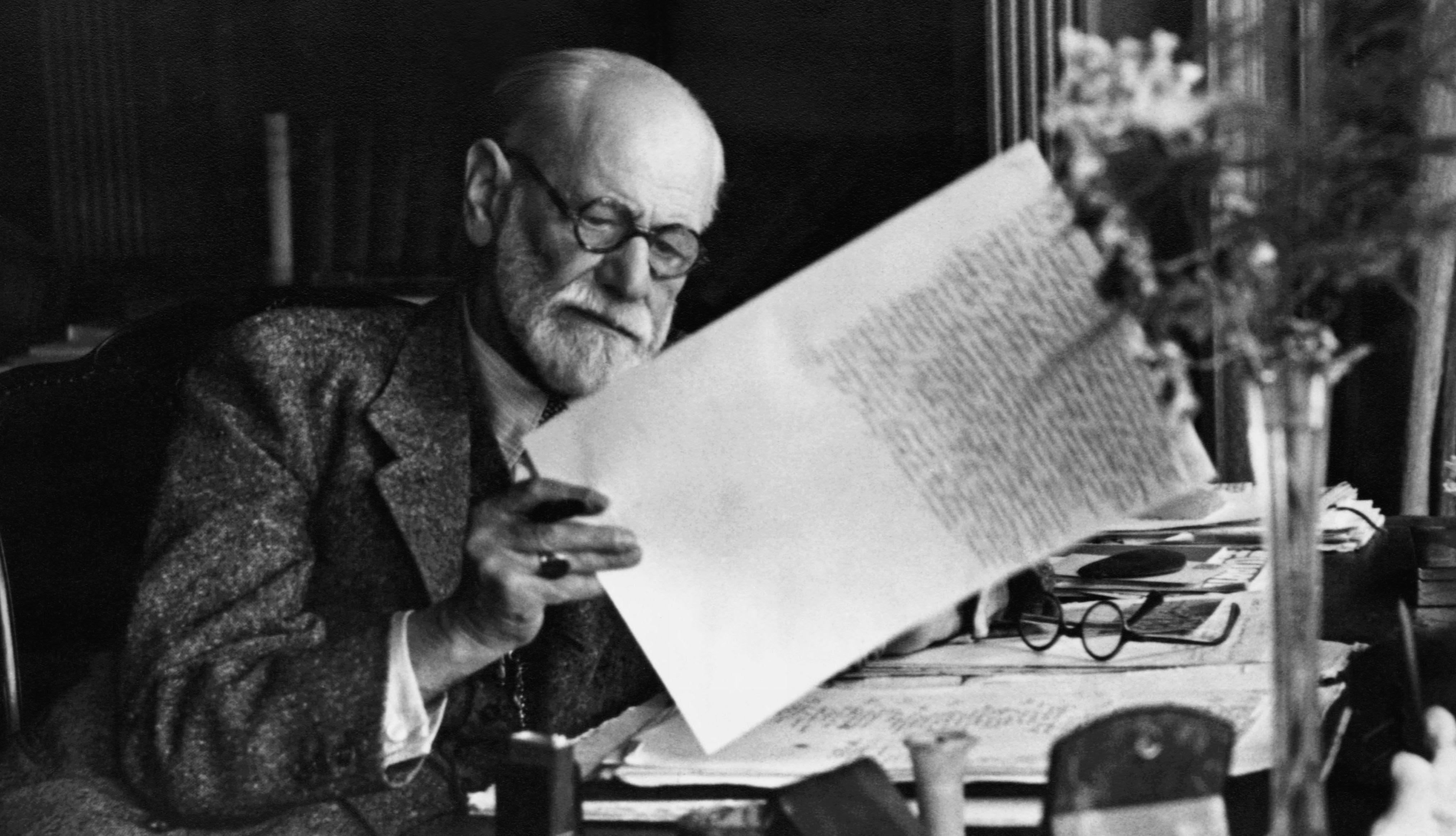 Foto: Sigmund Freud com uma caneta e carta nas mãos