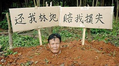 Foto : Zhou lakukan protes (Orange)