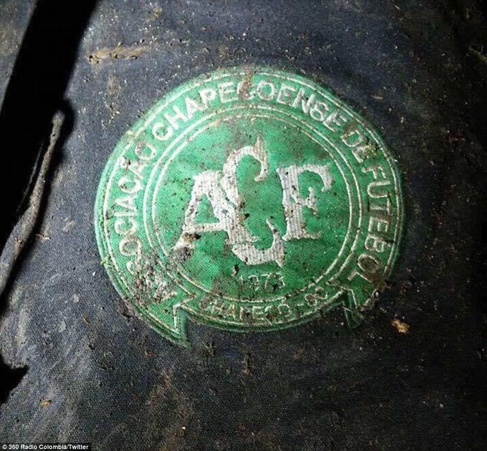 Imagens do site revelam os destroços mutilado do avião e que parece ser uma roupa enlameada com o emblema da equipa de futebol Chapecoense