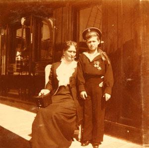 La zarina Alexandra, esposa del zar Nicolás II, con su hijo Alexei, hemofílico. (Archives of the Russian Federation)