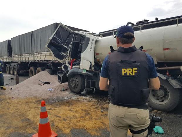 Motorista do caminhão ficou preso às ferragens (Foto: Divulgação/PRF)