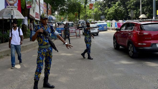 Bangladesh border guards direct traffic in Dhaka