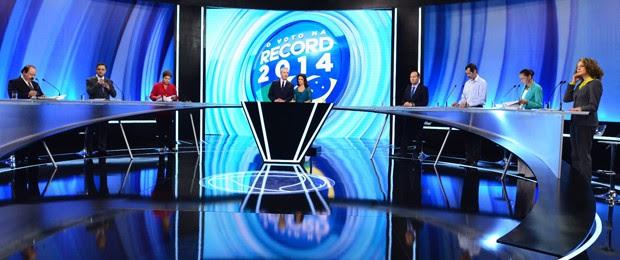 Os candidatos no estúdio durante o quarto debate entre presidenciáveis da campanha eleitoral (Foto: Antonio Chahestian/Divulgação/Record)