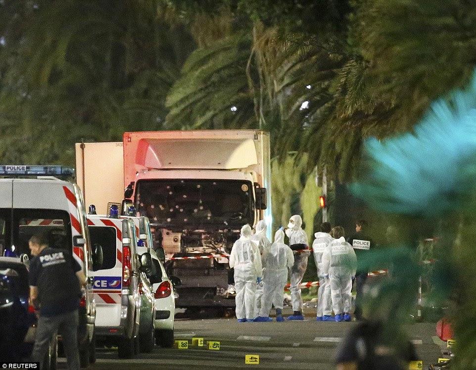 A frente do caminhão foi gravemente danificada depois que derrubou dezenas de pessoas que beneficiam de uma noite pela frente para o mar