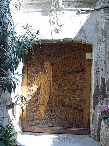 belle porte en bois à Antibes.jpg
