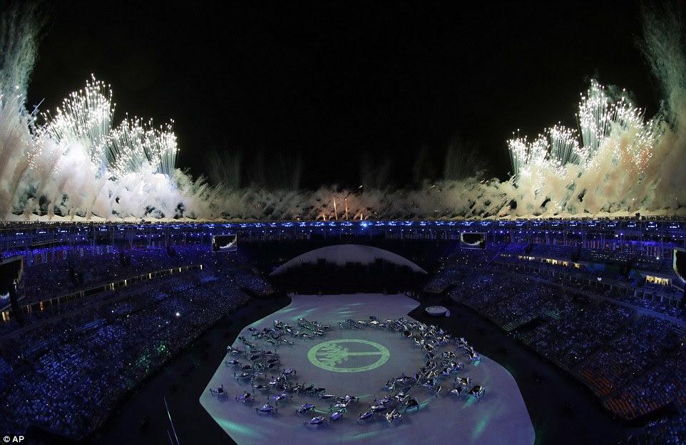 Dançarinos inundou o centro do estádio como espectadores foram brindados com uma impressionante queima de fogos