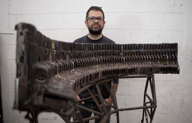 Pedro Reyes criou instrumentos musicais usando partes de armas aprendidas (Foto: Eduardo Verdugo/AP)