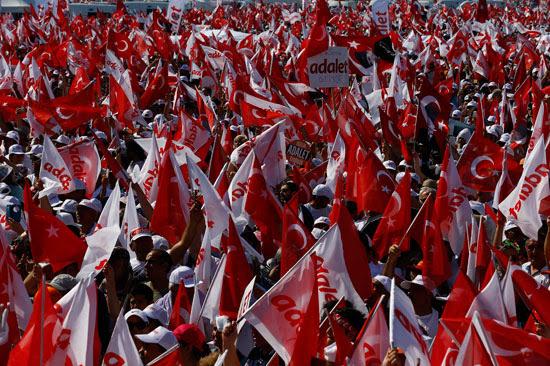 الأعلام التركية ترفرف وسط المظاهرات المعارضة