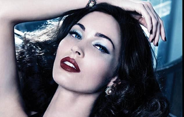 Sporting cabelos de ébano, lábios vermelhos de sangue e uma tez pálida Megan Fox é a estrela da última campanha da Armani
