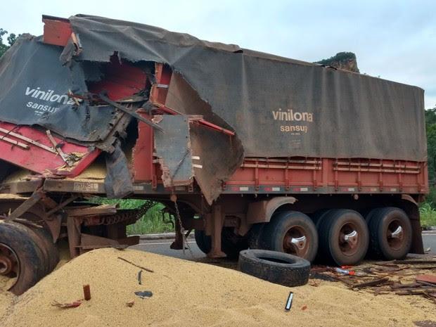 Caminhão de soja envolvido no acidente estava quebrado na via sem a devida sinalização (Foto: Divulgação/PRF)
