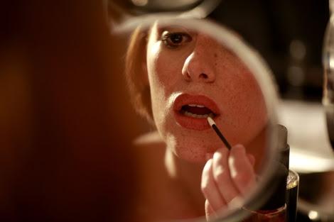 Una joven se maquilla ante el espejo. | Antonio Heredia