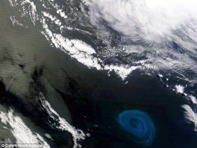 Imagem impressionante: O redemoinho de 90 milhas de largura, avistou ao largo da costa da África do Sul por satélite Terra da NASA, parece mortal, mas é mais provável de criar vida por nutrientes de elevação do fundo do oceano