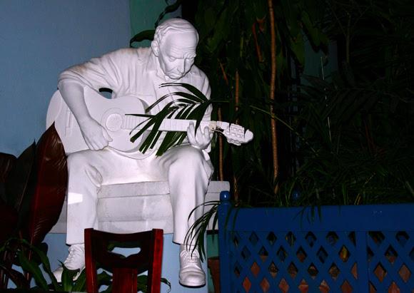 El trovador inmortalizado. Serie Una ciudad testigo del tiempo. Foto. Daylén Vega/Cubadebate