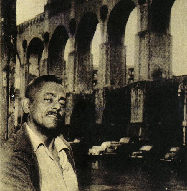 O compositor Assis Valente em 1951, diante de painel que reproduz os Arcos da Lapa, no Rio