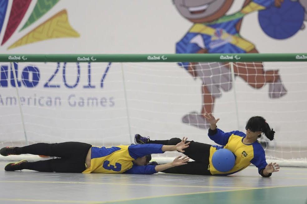 Amanda (à direita) faz a defesa na vitória sobre o México (Foto: Cezar Loureiro/CPB/MPIX)