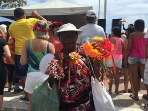 A vendedora Maria José Farias estava animada e feliz com as vendas (Foto: Paula Nunes/G1)