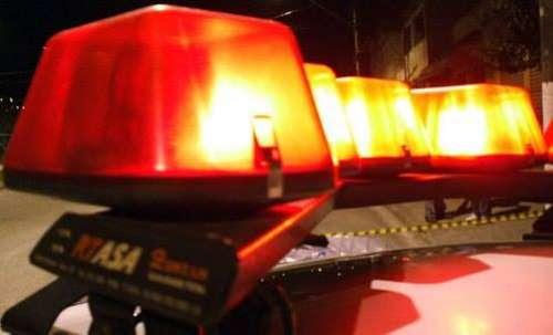 Motociclista morre após bater em caminhonete e ser arremessado contra árvore