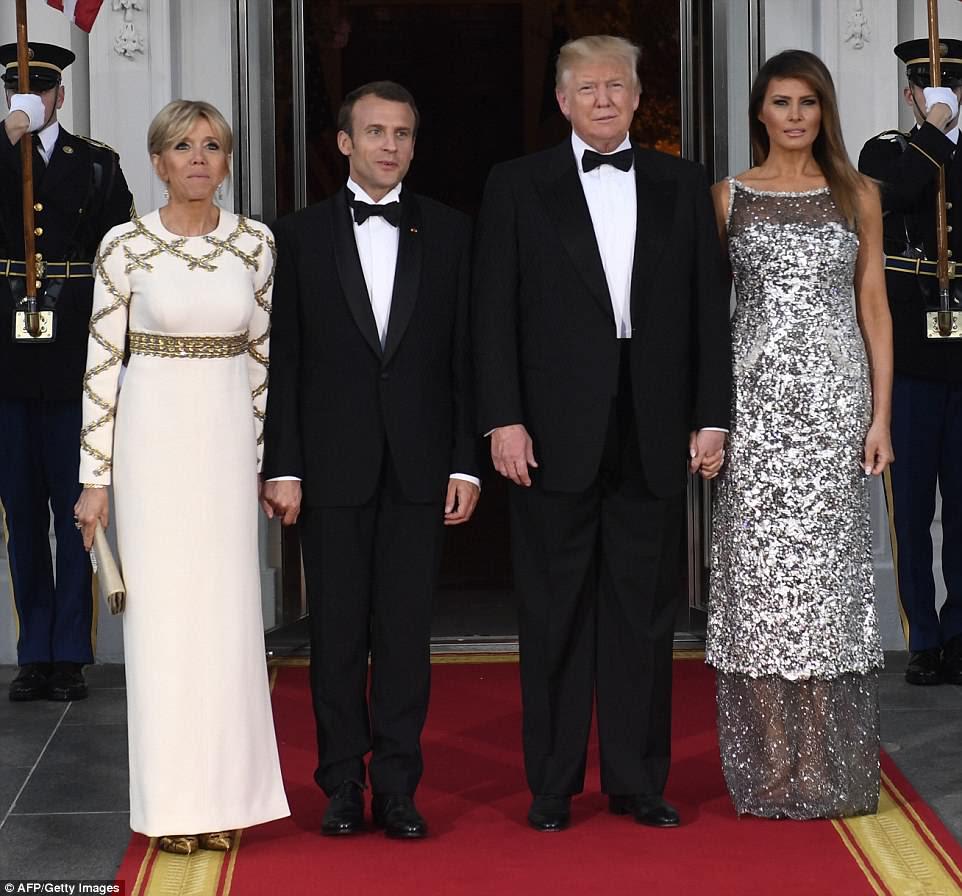 Donald e Melania Trump cumprimentaram o presidente francês Emmanuel Macron e sua esposa Brigitte antes de seu primeiro jantar na Casa Branca na noite de terça-feira