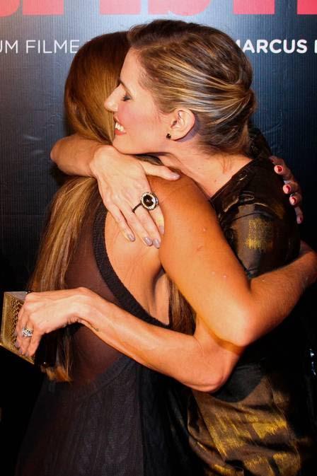 Deborah abraça Raquel Pacheco antes do início do filme