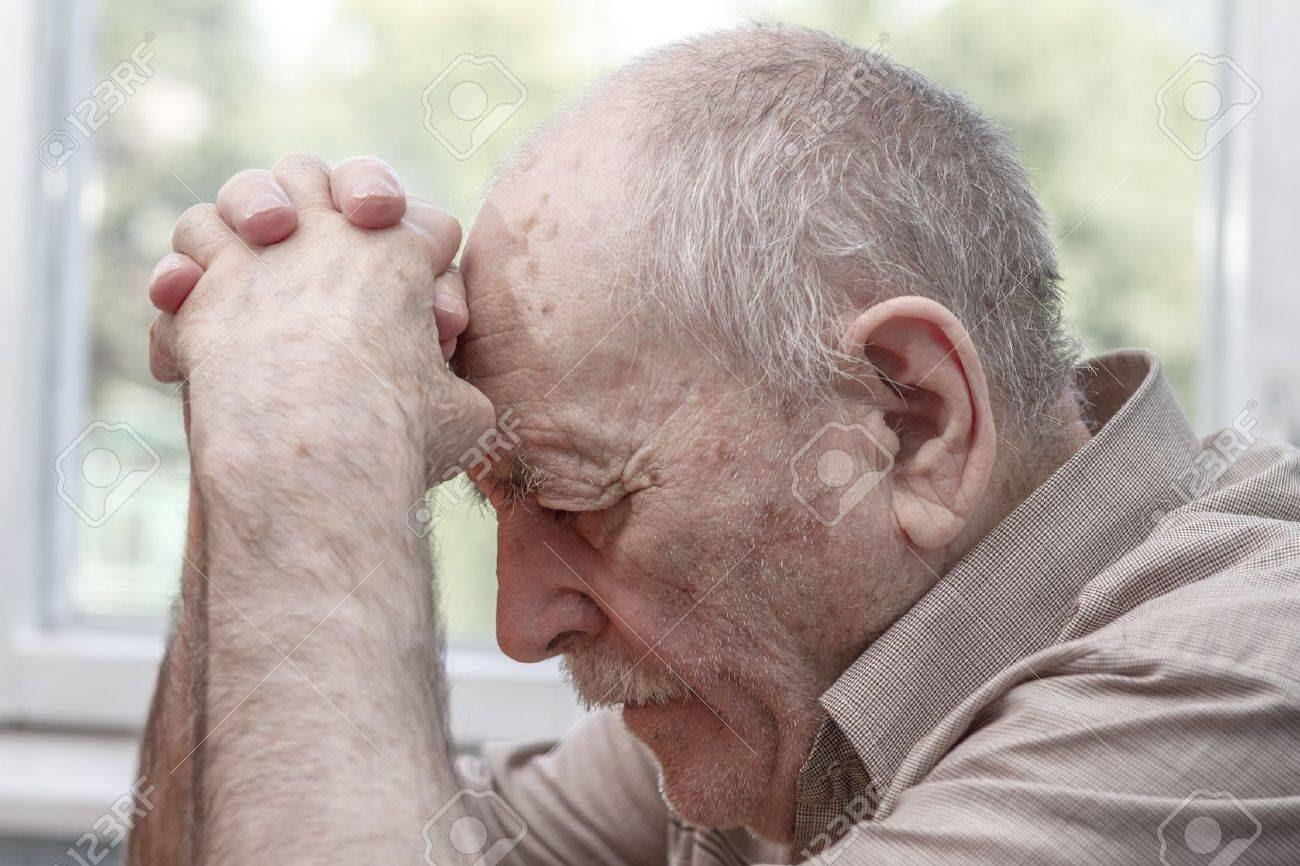 Resultado de imagem para homem velho a rezar