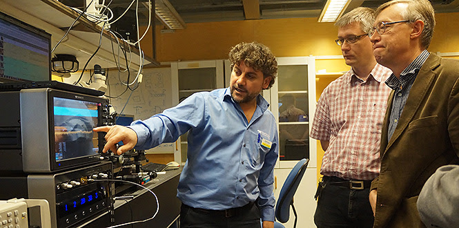 Rabee al Hayek demonstrating the new oscilloscope for Jörgen Stenarson and Herbert Zirath.