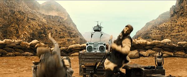 O filme começa com alta tecnologia engrenagem militar matando dois homens árabes.  Por quê?  Não é importante.  Eles são árabes por isso é OK.