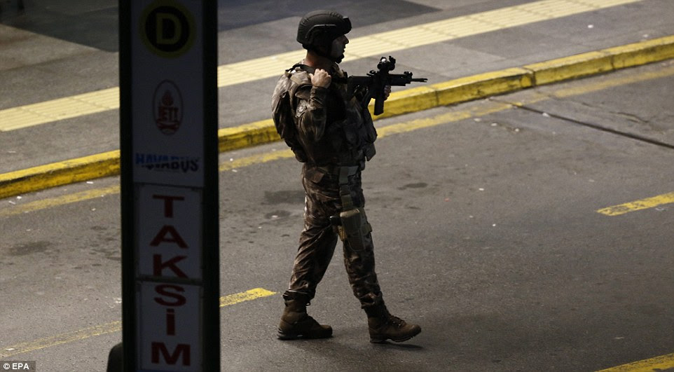 Turcas membros das forças especiais proteger a área depois de um ataque suicida no aeroporto Ataturk, em Istambul.  Autoridades disseram que todas as indicações iniciais apontam para ISIS como tendo realizado o ataque