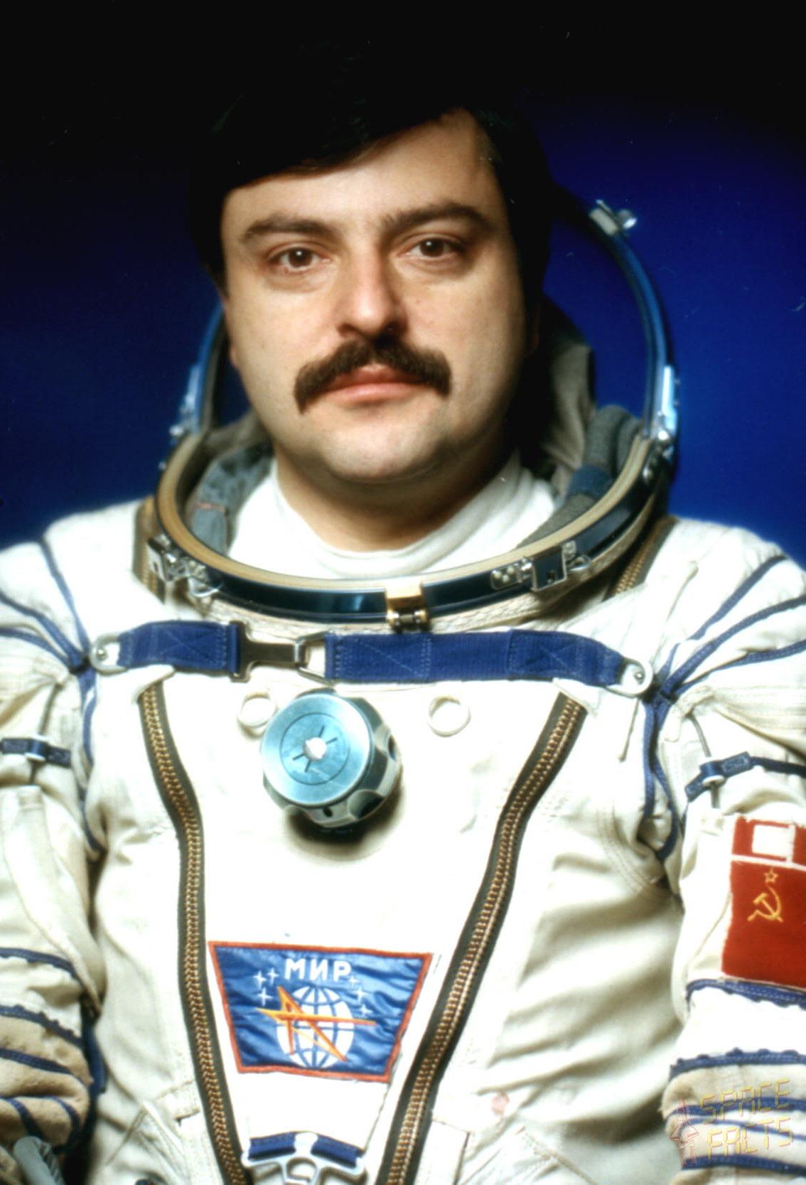 http://www.spacefacts.de/bios/portraits_hi/cosmonauts/manarov_musa.jpg