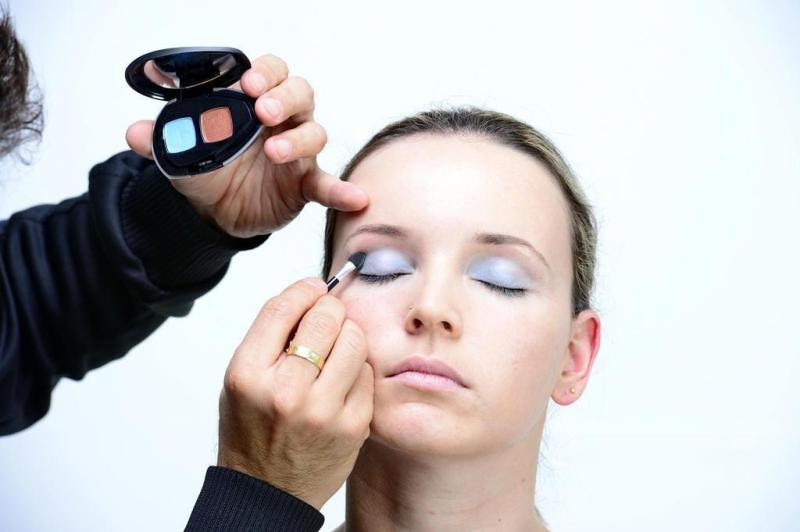 Antes de começar a passar a sombra, use primer para olhos para segurar a cor por mais tempo. A sombra azul é passada em toda a pálpebra móvel. Escolha um tom mais claro para fazer o fundo.:imagem 2