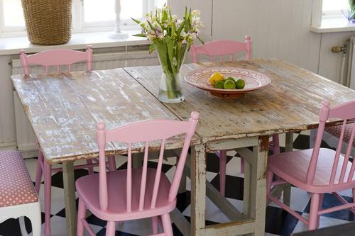 bubblegum pink chairs + distressed table (via butik lanthalden)